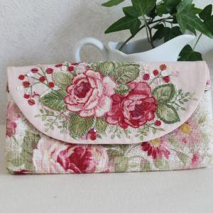 バラ柄の生地を使ってアップリケ、刺繍