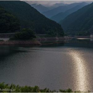 ダム湖落日