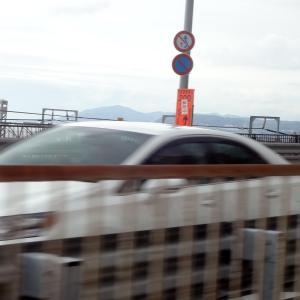 車窓に淡路島が見える