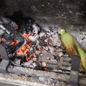 薪ストーブの炉内でトウモロコシの蒸し焼き