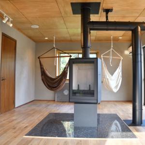 部屋の真ん中に設置して360°自由に向きを変えられるメリットを生かす