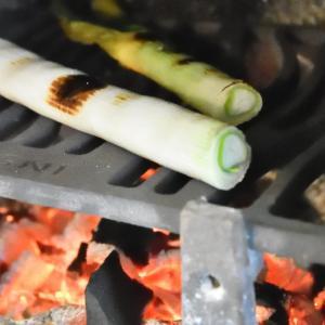 薪ストーブの炉内で長ネギの丸焼き