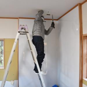 既存住宅に薪ストーブを設置する場合の煙突貫通部分の決定方法