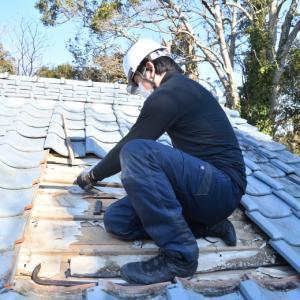 瓦の屋根から煙突を抜くための作業手順