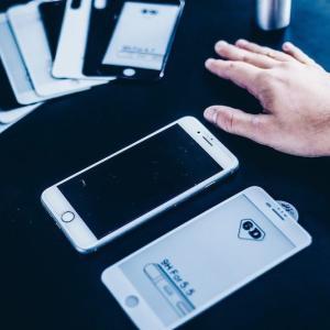 iPhoneSE2の画面がサラサラに?!Mothcaのアンチグレア強化ガラス