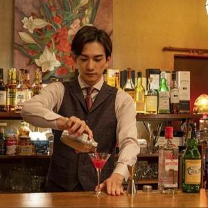 【西荻窪三ツ星洋酒堂 第1話 感想】雨宮(町田啓太さん)の作る赤いカクテルがステキ。星ポーズも。