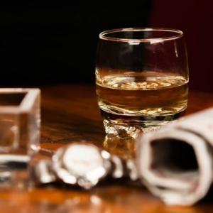 【酒と酒場のショートストーリー】第4夜~一人飲む夜、思う夜~胸が痛い