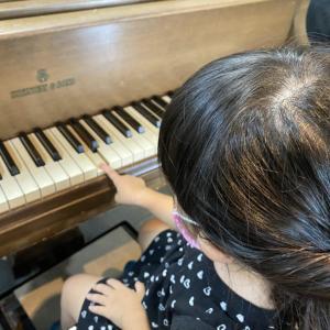 お兄ちゃんのピアノレッスン