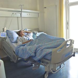 【お金の話】入院費・治療費ってどれくらいかかる?高額支払いを経験した難病患者が安く抑える方法教えます!