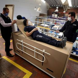 ここでは寝たくない・・・コロンビアで棺桶にもなるベッドが製作される
