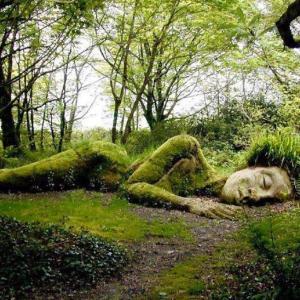 イギリスの失われし庭園に住む「生きた彫刻」の住人