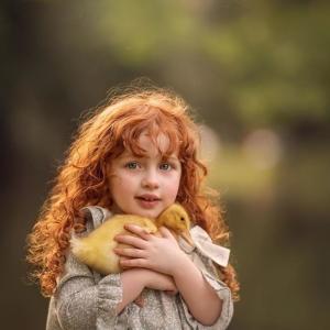 少女と2羽のアヒルの小さな冒険