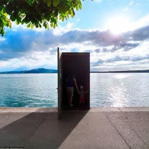 スイスのツーク湖に佇む「どこでもドア」 このドアはどこに通じる?