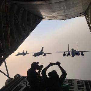 「そっちの飛行機もう少し右、そうそう、もうちょい上ね、はいOK~」飛行中のジェット機はこうやって撮られています