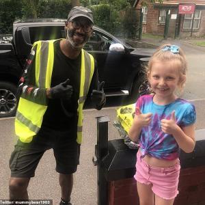 ロックダウン期間中、ろう者の配達員に手話で感謝する8歳の少女