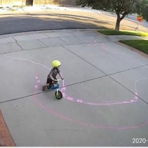 自宅の庭に毎日自転車で侵入する少年のためコースを描いた男性