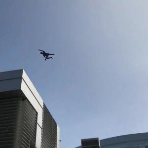 テーマパーク「アベンジャーズ・キャンパス」で、スパイダーマンのスタントロボットが大空をスイング!