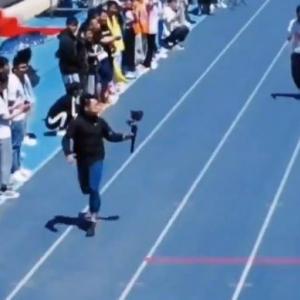 陸上競技の中継で、100メートル走を選手より速く走るカメラマン