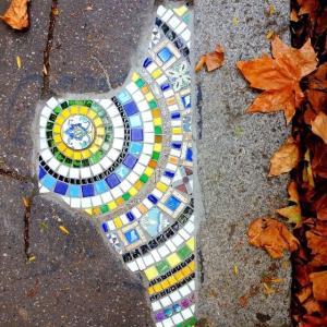 フランスのひび割れた道路や壁を綺麗に補修!アイデア満載のモザイクアート