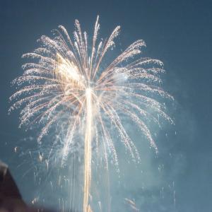 冬の夜空にサプライズ花火があがる