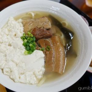 ほろほろソーキ・ゆし豆腐などが味わえる「全部のせ」が人気の二見そば