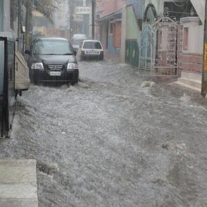 039 【インドネシア紀行】インドネシアの日常風景 雨が降るとバンジール