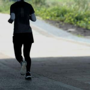 ランナーが走るのは道路の右側か、左側か