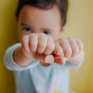 【謝らない子ども】「ごめんなさい」が言えない子どもへの対処法はどうする?(アドラーに学ぶ子育て)