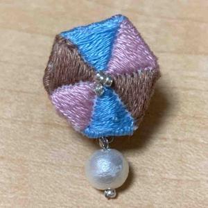 六角形の刺しゅうのイヤリング♪まだまだ未完成です。