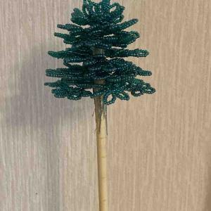 ビーズのクリスマスツリー。6段目まで出来たけど…