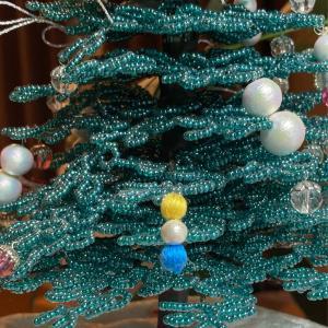 刺繍ボールのイヤリングをビーズツリーに引っ掛けてみたら…