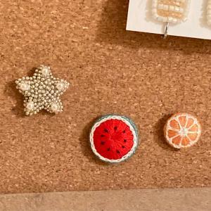 刺繍マグネットを画鋲を使ってコルクボードに収納しました