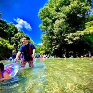 夏の秋川渓谷の河原に落ちているスイカは、決して踏まないでくださいって話