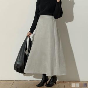スウェード素材でカジュアルとモードのミックステイストが魅力の、カットスウェードフレアスカート