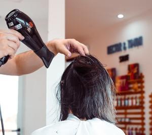 ドライヤーをしていても全然乾かない...もう嫌! 髪が乾きにくい原因と対処法を美容師が教えます。