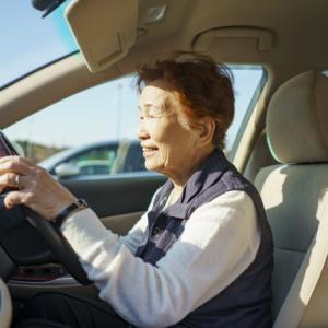 高齢者ドライバーのアクセルとブレーキ踏み間違い