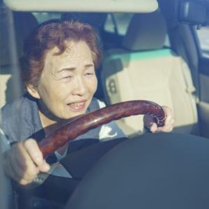 運転時の踏み間違い事故は高齢者なぜ起こる