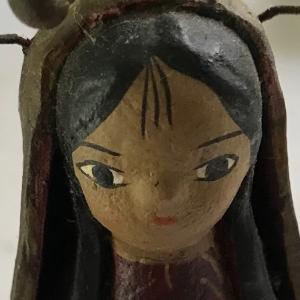 ガシャーンという音がして、陶製の人形が床に転がり落ちました    Porcelain dolls rolled down to the floor with a breaking sound.