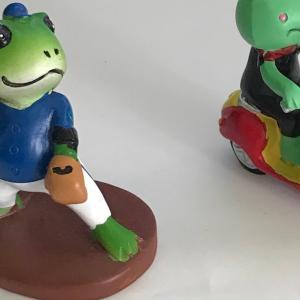 カエルオブジェをダイソーとセリアで見つけた   I bought frog dolls at Daiso and Seria.