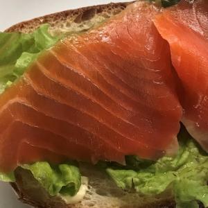 成城石井で購入のパン(スライス)に業務スーパーのスモークドサーモン(トラウト)を載せて     Put smoked trout on the Seijo-Ishi  bread