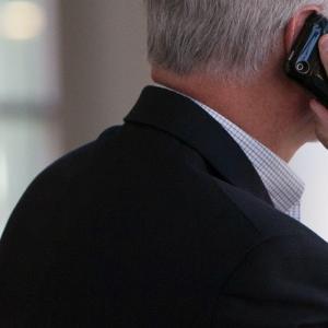 マクドナルドを事務所代わりに大声で電話している人   Loud business phone at McDonald's