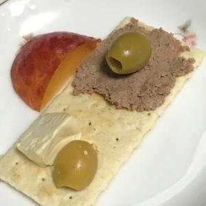 業務スーパー イベリコ豚のパテでカナッペを作りました。 クラッカーはKaldi カルディで買いましたよ。    I made canapes with Iberian pork patties