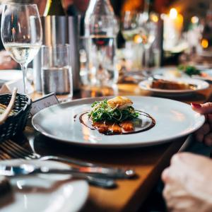 ナンパで使う食事やホテルは奢るのか割り勘なのか論争