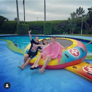 矢田亜希子 「今年初のプール」姿を絶賛公開中!親友の小沢真珠や丸山桂里奈と・・