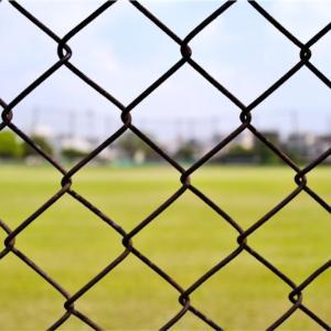 「I'm sitting on the fence 」はフェンスに座ってるという意味だけではありません!