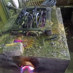 草カキ(上)と草削りの焼き入れ