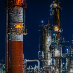 美しい化学プラントの夜景