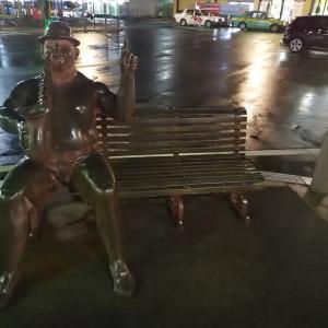 温泉街のベンチ