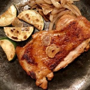 鉄のフライパンで焼く 皮がパリパリでジューシーな「燻製チキンのグリル」が旨い