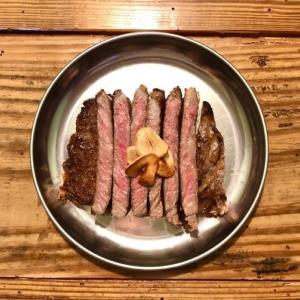 肉汁あふれる!国産牛サーロインステーキの美味しい焼き方【鉄フライパン】
